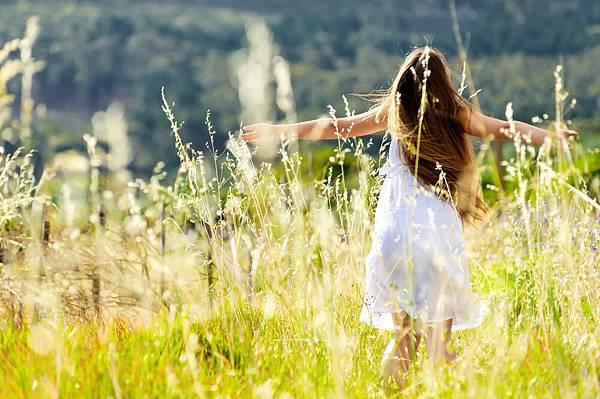 女孩在田裡奔跑_背面_89387152.jpg