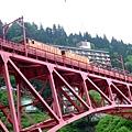 可以由下往上俯瞰看黑部峽谷トロッコ電車