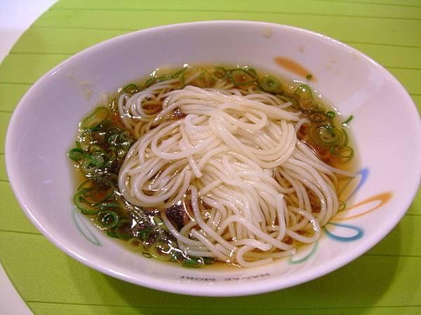 冰冰的流麵要配特製醬油(そうめんつゆ)+蔥花