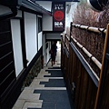 進去前要先走一條不短的樓梯