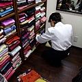 店員很專業地挑選搭配的腰帶