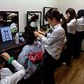 天啊 光是髮型設計師就有4位耶 我還以為自己走進美髮院咧