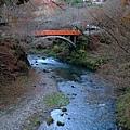 過了這座橋就到西明寺囉