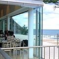 入口處有餐廳 坐在這邊喝咖啡看海好奢侈阿~