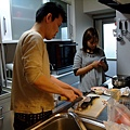 今天晚上的主角竟然是河豚生魚片! カッさん的朋友有認識批發商 買一隻河豚才日幣3500 做成生魚片可以賣日幣15,000!!