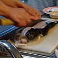 今天早上現殺的 超新鮮!!用力按住還會感覺到魚肉在跳動嚇死我(カッさん說因為魚的身體還不知道自己已經死了 @@)