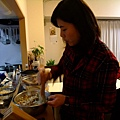 姵吟在幫忙做可樂餅 把煮軟的馬鈴薯搗爛