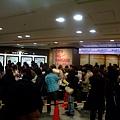 2010.01.02 一大早百貨公司還沒開門就排滿一大堆人