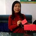 我的是桃紅色鱷魚皮紋的長夾 還有附車票夾喔