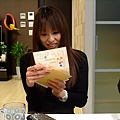 宜子在看我們寫給她的卡片