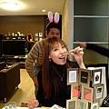 勝美先生很耍寶還帶上兔耳 XDD