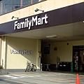 配合傳統和風街景 FamilyMark的招牌還是黑色的耶!