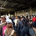 新大阪站好多人 幾乎全部都是要滑雪的耶