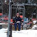 要先坐纜車上山 姵吟綁在snowboard上面行走困難