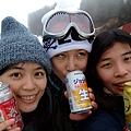 雪地冰過的啤酒就是不一樣 好好喝阿