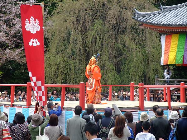 聽一旁日本人說這是很罕見的舞蹈表演