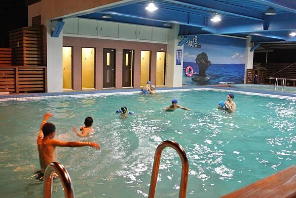 小琉球杉板灣民宿游泳池,下午四點開放可盡情游泳