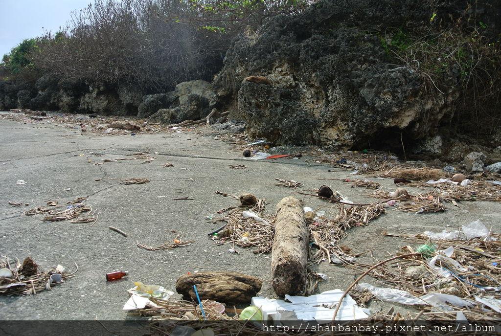 小琉球颱風過後總累積許多垃圾