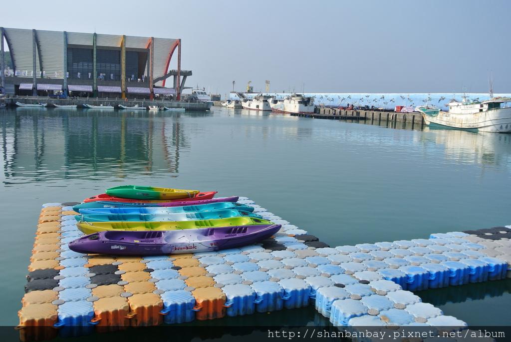 在小琉球白沙尾觀光漁港偶而看到練習獨木舟─2013海洋牧民產業系列活動-獨木舟競速邀請賽