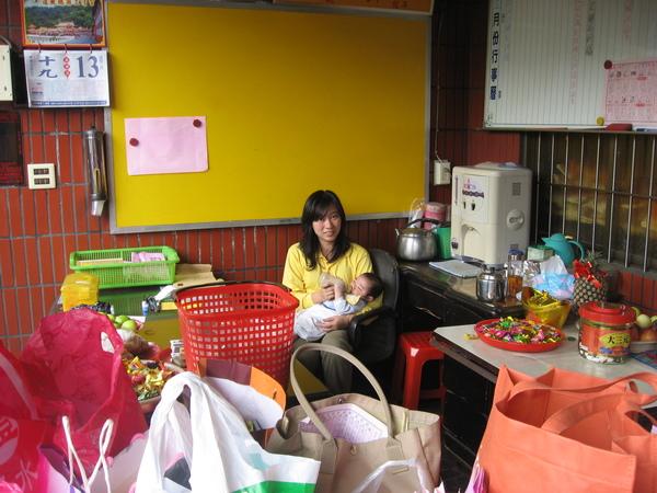 正月廿日 早上消災制改 服務人員麗娟師姐幫忙照顧小BABY