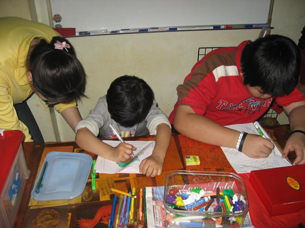 二位小朋友在畫畫