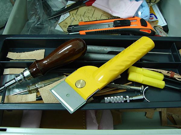 滿桌子的工具