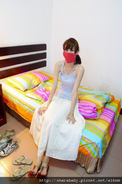 總算戴著口罩鋪好了床包