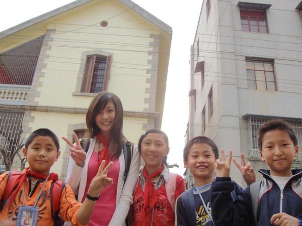 剛好附近的小學放學時間