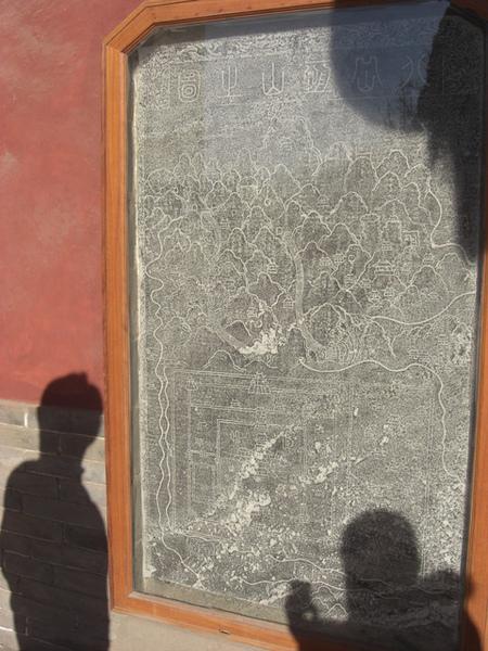 影子跟石碑合照