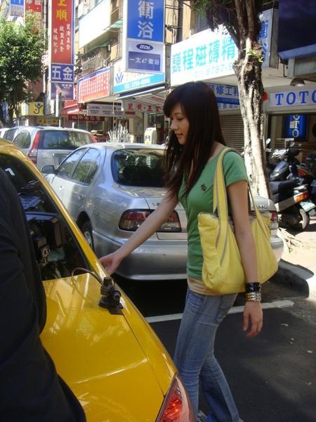 包包跟計程車顏色還滿搭的
