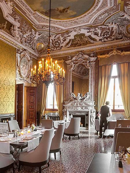 AMAN_Venice_Dining_Waiter_600x800.jpg