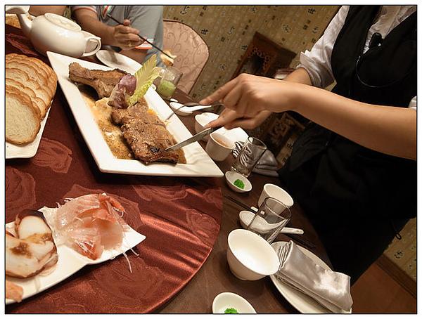 服務生幫我們切肉