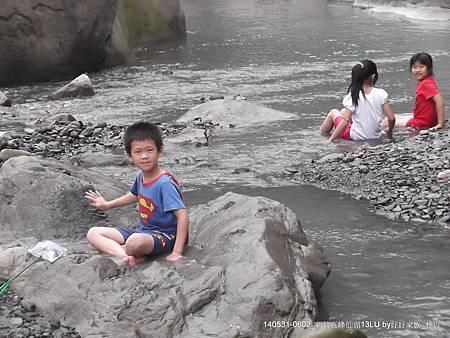 超人沅溪岸邊戲水