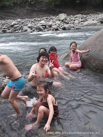 孩子們溪岸邊戲水