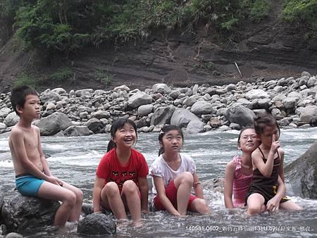 溪岸邊戲水