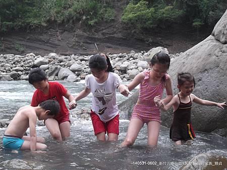 溪岸邊戲水~協力渡溪
