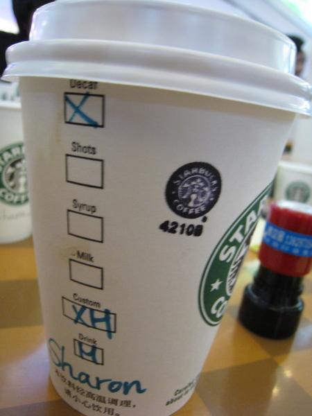 中杯低咖啡因加熱的摩卡