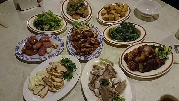 整桌滿滿好吃的菜色