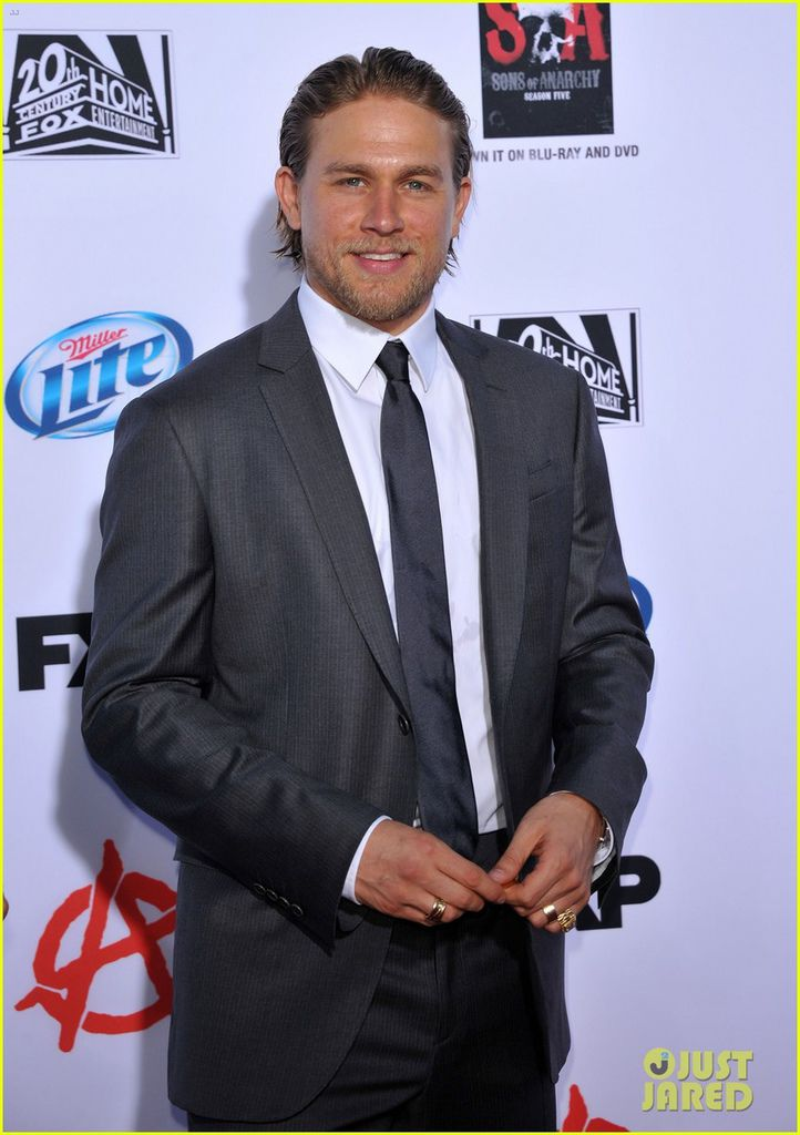charlie-hunnam-talks-fifty-shades-of-grey-for-first-time-04.jpg