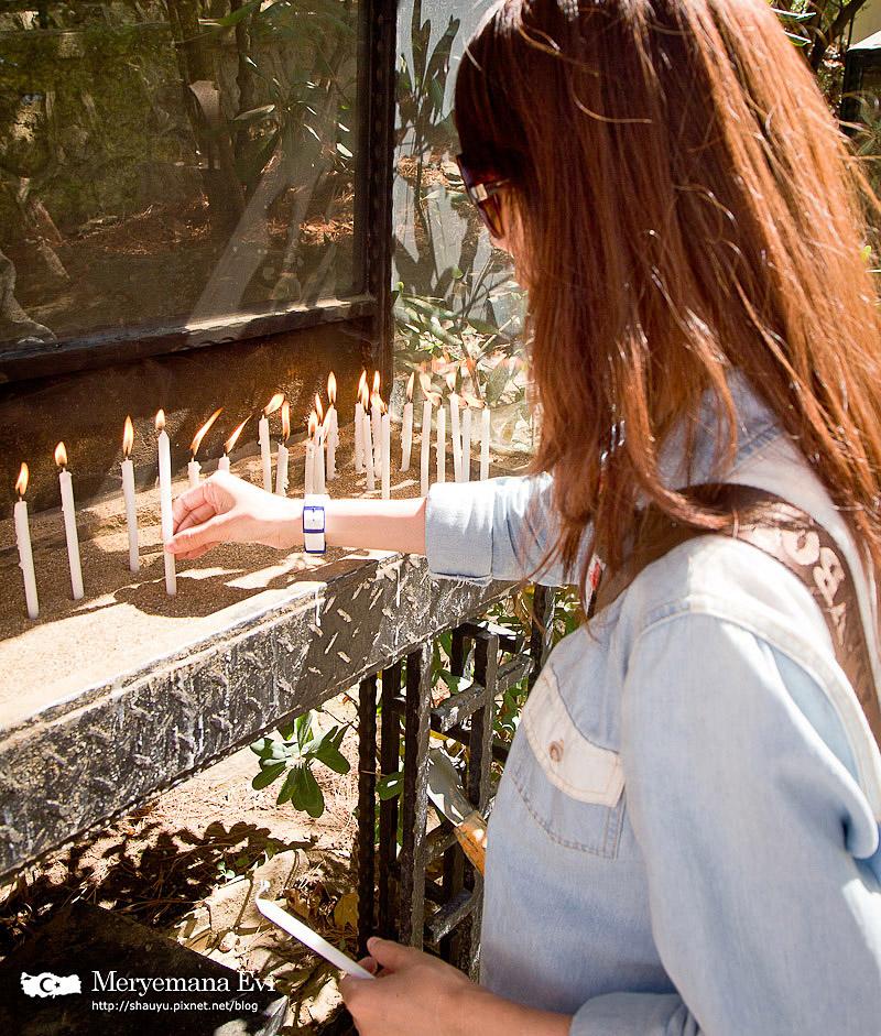 在聖母瑪利亞之家裡面可以隨意捐款,拿兩根蠟燭到外面點燈祈福。