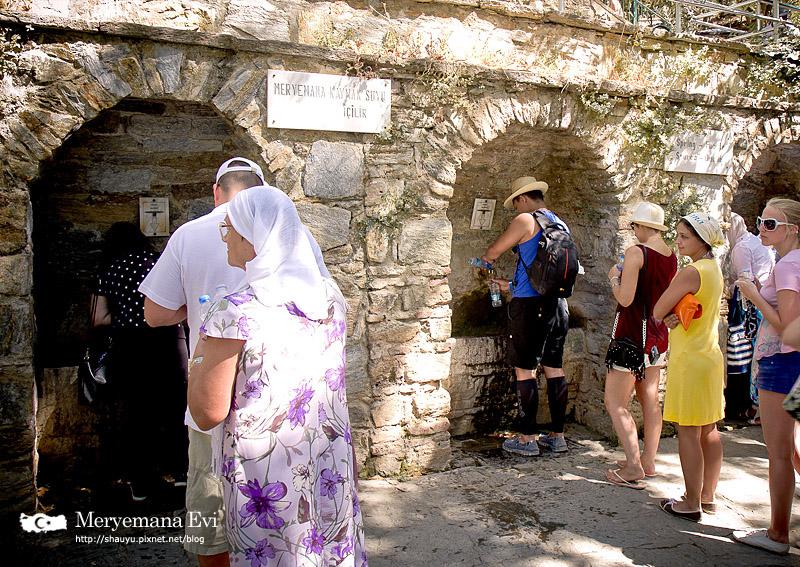 聖母瑪利亞之家的下方有三座湧泉,從左到右為幸福、財富、以及健康,人們深信喝了泉水便能使願望達成,也有人說這裡的泉水能治百病,因此有許多遊客都會在這裡裝泉水。