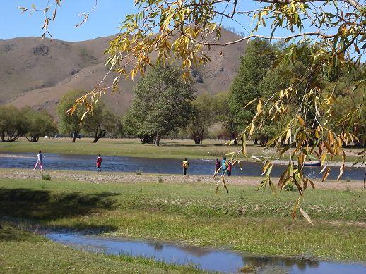 河畔有小孩在玩耍