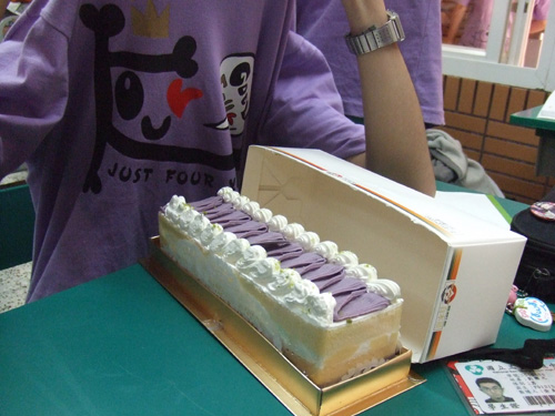 玉華媽送給獲勝隊伍的白O屋蛋糕(跟我們班服是一套的)