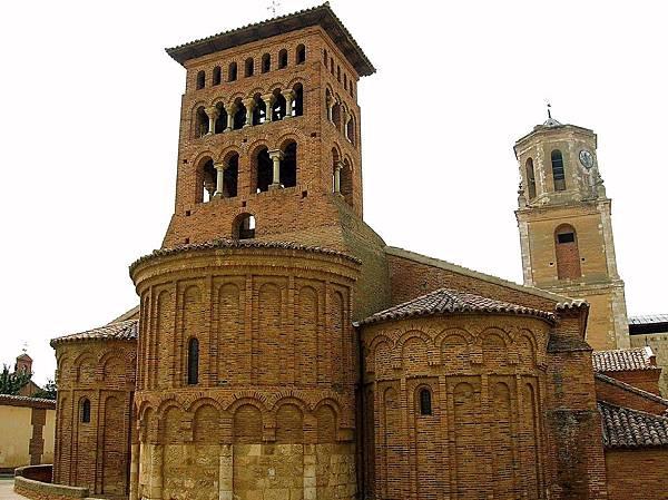 Mudejar-Sahagun_-_Iglesia_de_San_Tirso_02.jpg