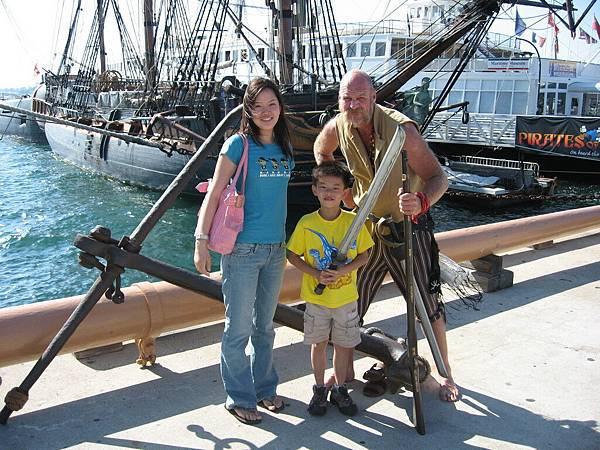 跟海盜合照...