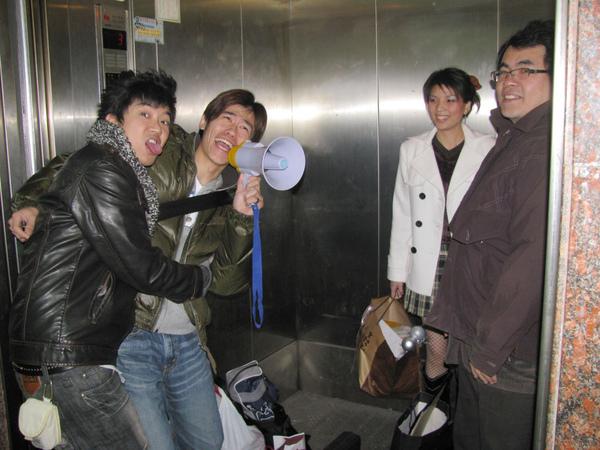 在公司電梯就玩起來的眾人