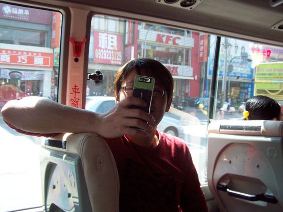 老羊拿手機拍照