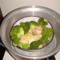 把花椰菜跟鮭魚一起蒸