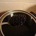 第一次煮粉圓,先在爐子上煮,再移到電鍋蒸