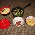 與淳琦一起做的晚餐(晚餐地點是在我房間,我房間快變成我們野餐的地方啦~)
